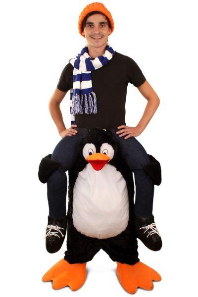 Grappige Piggyback gedragen door pinguïn kostuum